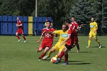 Fotbalisté Strání (žluté dresy) ve 3. kole Divize E přivítali Valašské Meziříčí.