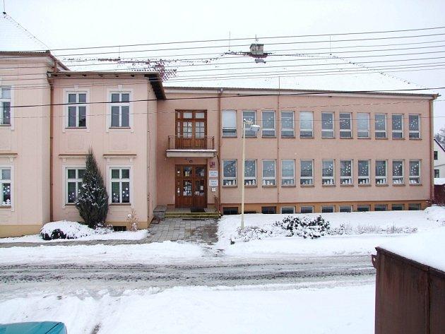 Pokud Topolná získá potřebnou dotaci, už v létě by mohlo dojít na výměnu všech oken v tamní škole.