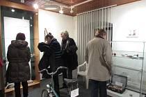 Výstava nesmyslů pobavila koštěpěm i lampou ve tvaru poprsí