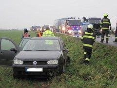 Dopravu u Starého Města zkomplikovala nehoda tří vozidel.