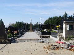 Do dušičkového víkendu stihli stavební dělníci dát do kupy několik měsíců rozkopaný hřbitov v Dolním Němčí.