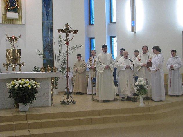 Salesiánský kněz Karel Tinka (u mikrofonu). Ilustrační foto.