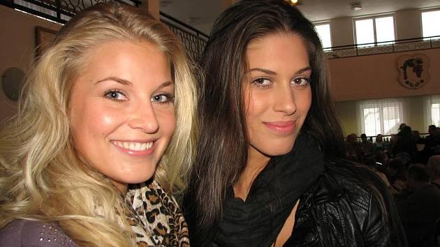 Valentýnského koštu vína v Kudlovicích se zúčastnily Miss ČR 2009 Aneta Vignerová (zprava) a druhá vicemiss ČR Hana Věrná.