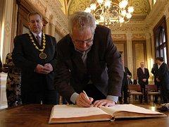 Miloše Zemana přivítal před dvěma lety na uherskohradišťské radnici tehdejší starosta města Libor Karásek (na snímku za Milošem Zemanem).