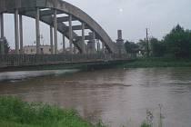 Řeka Morava v Uherského Ostrohu, pondělí 17. května okolo 20.00.