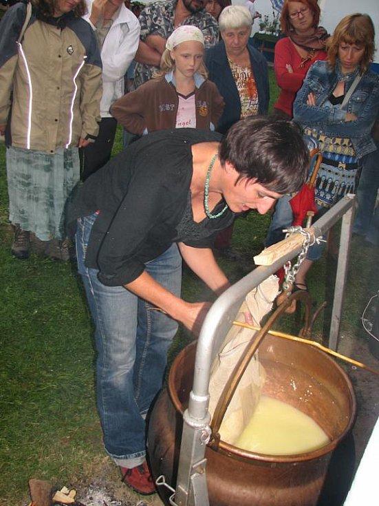 K přípravě sýru je podle Doris Windlin potřeba kvalitní kravské mléko.