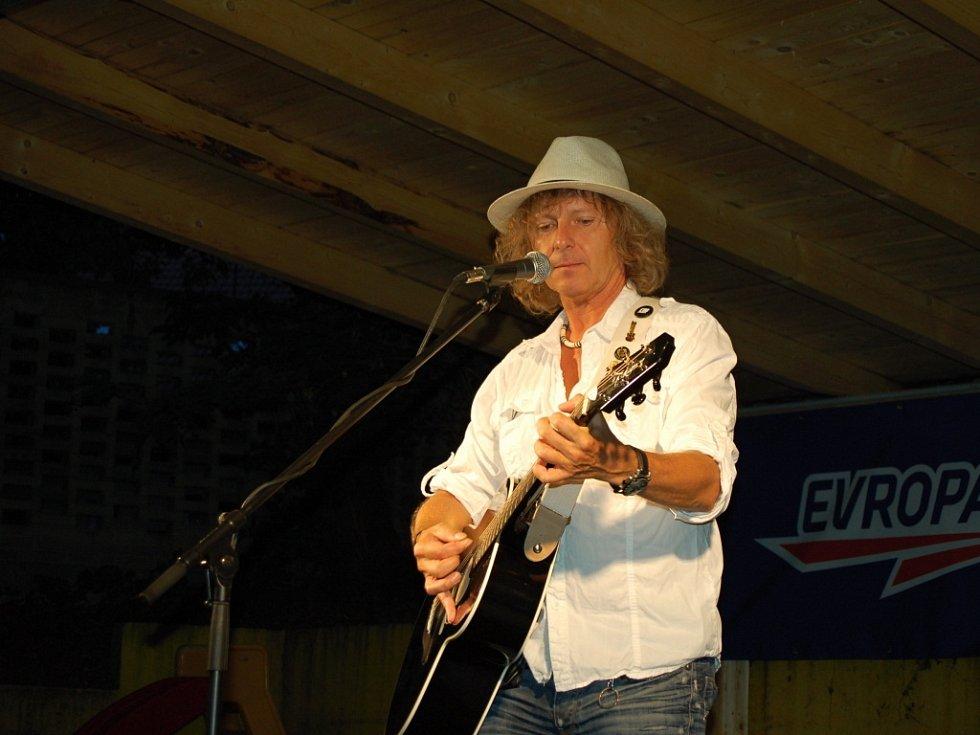 Peter Nagy vystoupil na zahrádce restaurace Koruna pouze s kytarou