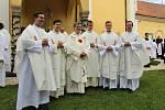 V pondělí 6. července sloužil svou první mši svatou na Svatém Antonínku Lhoťan Vojtěch Radoch. Společný snímek s kněžími (novokněz uprostřed).
