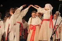 Sezóna Dětského folklorního souboru Dolinečka ze Starého Města vyvrcholila představením pořadu Travička zelená ve Sportovně kulturním centru.