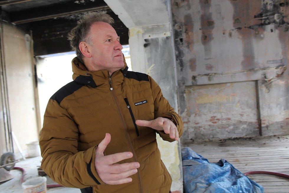 Jako ruina těsně před demolicí vypadá v těchto dnech budova kulturního domu v místní části Strání, ve Květné