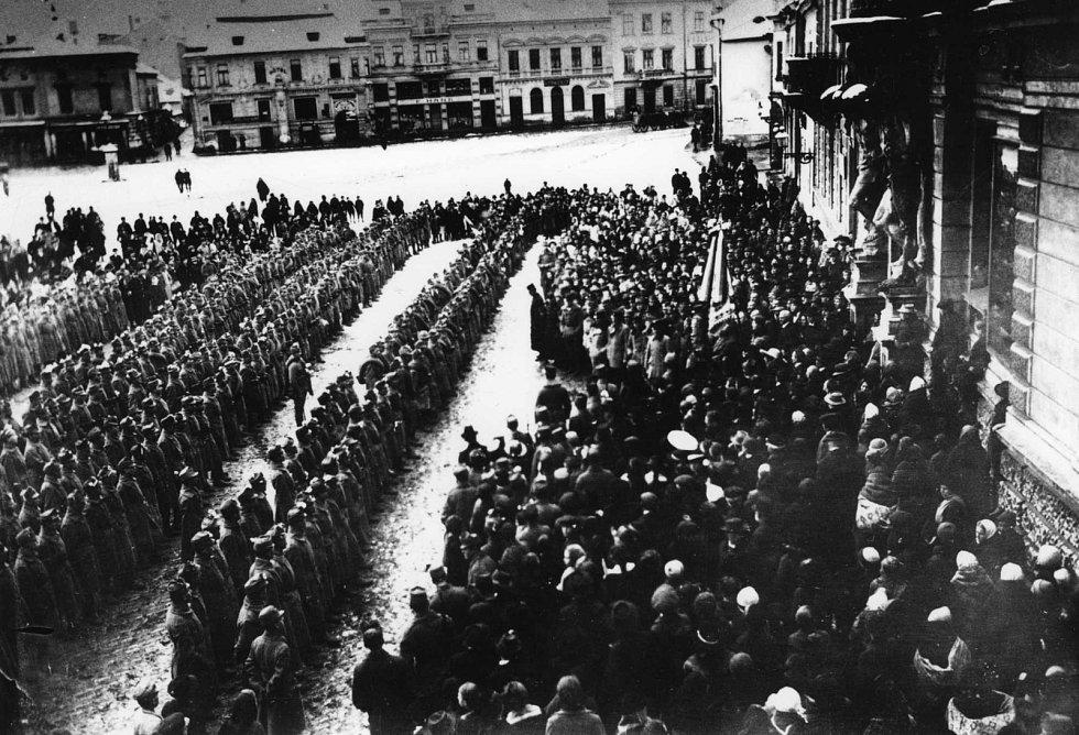 Odevzdání praporu dobrovolcům z kraje Uherkohradišťského - Slováckému pluku, připravenému k osvobození Slovenska 19. listopadu  roku 1918. Prapor vyšily a věnovaly hradišťské dámy.