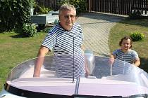 Pavel a Radek Neusserovi doma na zahradě se svým motorovým člunem.
