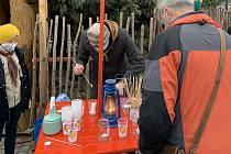 Skauti a skautky z místního střediska Psohlavci šířili v sobotu 19. prosince Betlémské světlo z Masarykova náměstí v Uherském Hradišti mezi obyvatele města.