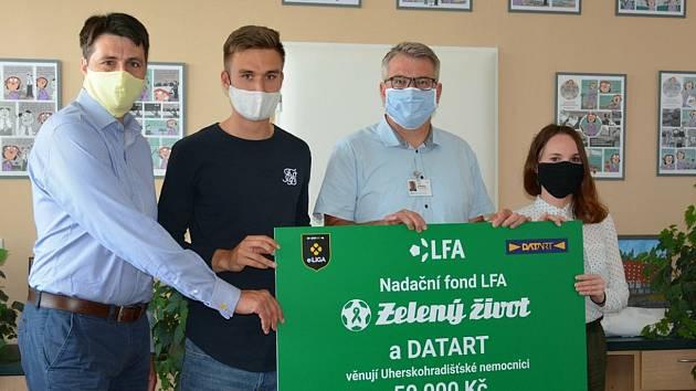 Brankář Slovácka Matouš Trmal  (druhý zleva) s LFA a Datartem potěšili Uherskohradišťskou nemocnici a Dětský domov v Uherském Ostrohu.