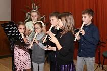 Ve Slavkově si přišla zaplněná sportovní hala poslechnout děti ze Základní školy Horní Němčí a kvarteto AGITATO na Vánoční koncert.