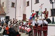 Italové bubnovali ostošest na silnici pod zámkem i v zámeckém nádvoří.