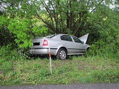 Auto skončilo mimo vozovku