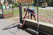 Dětské hřiště Na Splávku v těchto dnech obsadili dělníci.