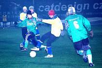 Na snímku se sice povedla klička jednomu z hráčů Kostelan (ve světlém), celkově však měli v úvodním utkání zimního turnaje ve Starém Městě jasně navrch Koryčany.
