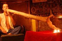 Hráč na didgeridoo Lukáš Pilnaj se předvedl v uherskohradišťské čajovně.