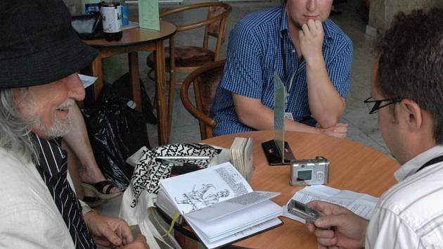 Režisér Jakubisko byl při rozhovoru s redaktorem Slováckého deníku uvolněný a přátelský.