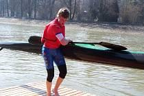 Filip Nikl, který na snímku absolvuje jeden z přeběhů, byl nejrychlejším žákovským kajakářem na Hranickém maratonu.