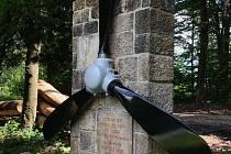 Nadšenci instalovali vrtuli na pomníku v lokalitě Rasová, kde zahynula tříčlenná posádka sestřeleného letadla za 2. světové války.