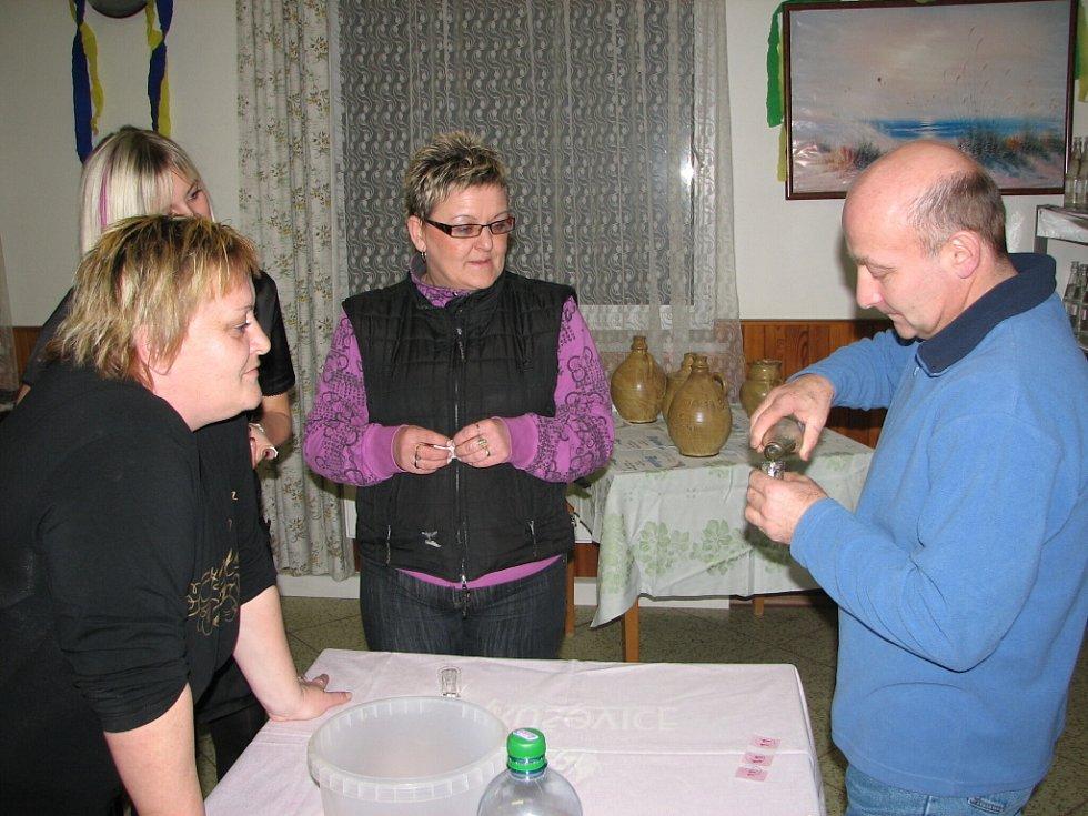 Koštovaly i ženy. Nejvíce jim chutnala trnkovice Vladimíra Maňáska.