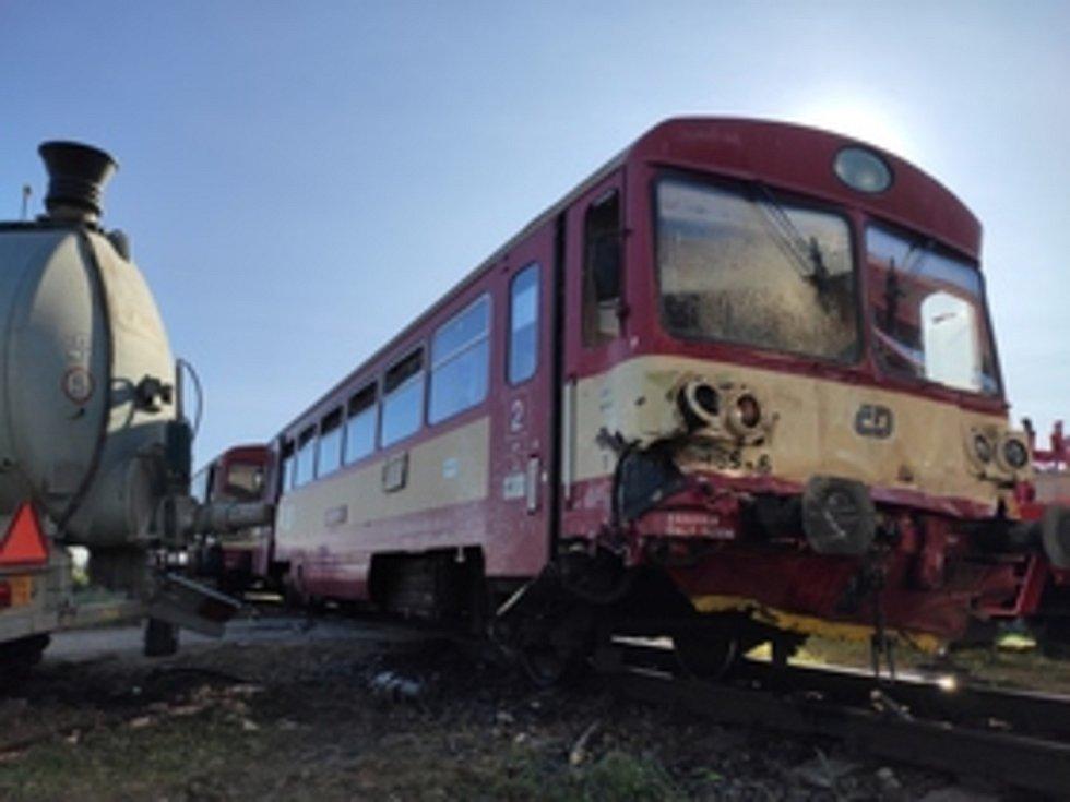 V Kunovicích na Uherskohradišťsku se střetl spěšný vlak jedoucí z Brna do Starého Města u Uherského Hradiště s traktorem s vlečkou s cisternou.