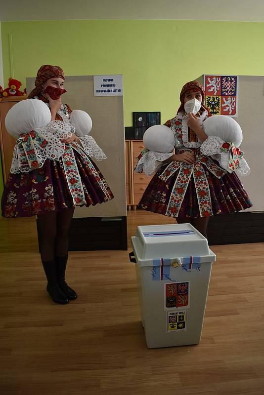 Těsně před zahájením hodového programu v sobotu 9. října v Polešovicích přišli stárci a stárky volit v krojích