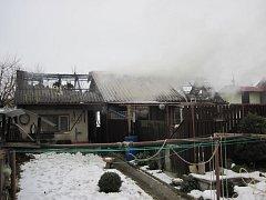 Plameny pohltily značnou část střech obou budov.