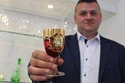 Dekorované skleničky nově vyrábí skláři v Květné pro italské Benátky.