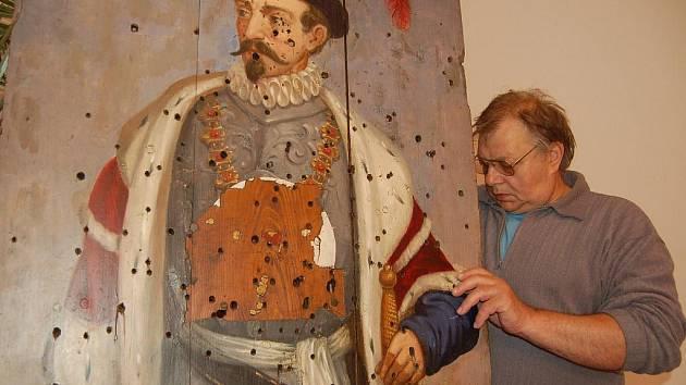 Instalace výstavy historických střeleckých terčů.