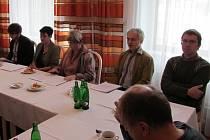 Ve Zlíně na hotelu Moskva se dne 6.1.2014 konala tisková konference k záležitosti ZUŠ Uherské Hradiště. Zleva David Hrubý, Andrea Pavlušová, Ivana Hrubá, František Hrubý, Jan Šobáň.