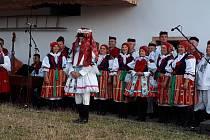 Návštěvníci folklorního programu měli možnost zhlédnout tradiční oblékání krále, který je oděn v ženských šatech. Oblékání má za úkol jeho matka a pomocnice, většinou se odehrává v temné komoře a v soukromí.