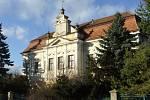 Opuštěný zámek v Cetechovicích za poslední léta chátrá.