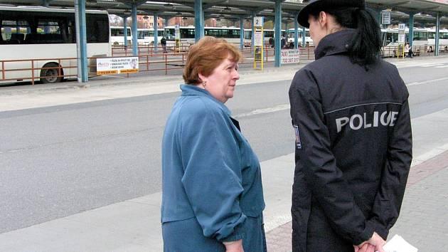 Preventivní policejní akce zaměřená na zabezpečení si osobních věcí při cestování hromadnou dopravou.