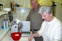 Bohumilu Kovačičovi vydatně při práci pomáhá i jeho maminka.