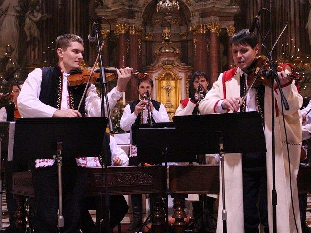 Zdvojení postů zvládali i oba primášové. Martin Melichárek (vlevo) se se Stanislavem Gabrielem mladším prostě střídají.