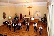 PŘED OLTÁŘEM. V kapli Vincentina koncertovala v sobotu cimbálová muzika Stanislava Gabriela se sólisty.