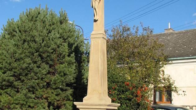 Kříž u místního hostince z roku 1858 je nejstarší obecní památkou.