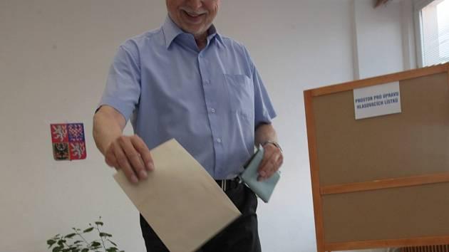 Volby do Evropského parlamentu 2014 . Ve volební místnosti na gymnáziu v Uherském Hradišti odvolil také starosta Uherského Hradiště Květoslav Tichavský.