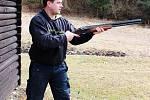 Střelec zbraň nabil a pak zaujal správný střelecký postoj
