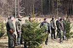 Uchazeči o lovecký lístek sledují střelby svých spolužáků.