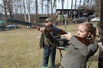 Holub: Po takovém zvolání se objeví nad střelnicí asfaltový terč, který měla Barbora Pijáčková zasáhnout. Na snímku vlevo je řídící střelby a instruktor střeleckého výcviku František Moštěk.
