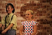 Premiérová hra obnoveného divadelního spolku Pod lampú se odehrála ve sportovní hale Základní školy v Bánově. Představení neslo název Když hrdličky cukrovaly.