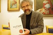 Starosta Vlčnova Jan Pijáček s knihou Vlčnov dějiny slovácké obce.