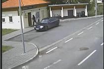 Kamera spořitelny ve Strání zachytila akci lupičů.