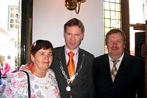 Vedoucí výpravy Irena Koubová se starostou Naardenu Peterem Rehwinkelem (uprostřed).