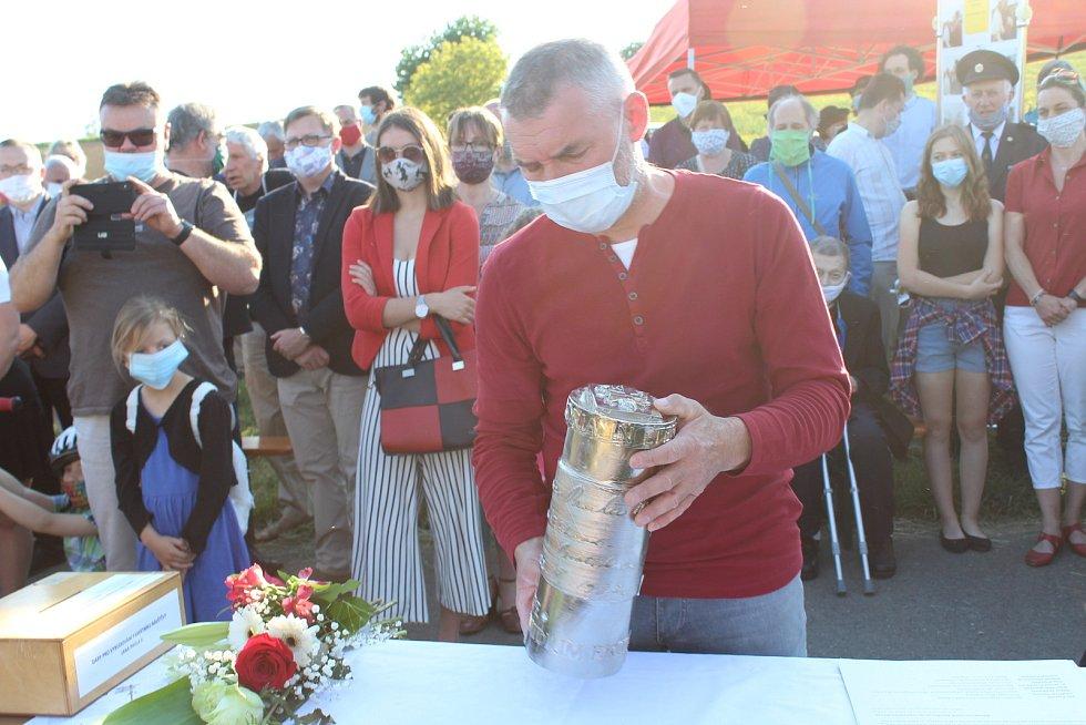 Kameník Petr Novák se schránkou v ruce.